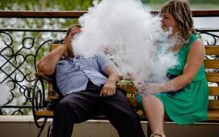 Можно ли курить в парках и скверах на скамейке: штрафы в Москве и России, статья