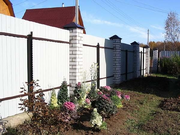 Глухой забор между соседями