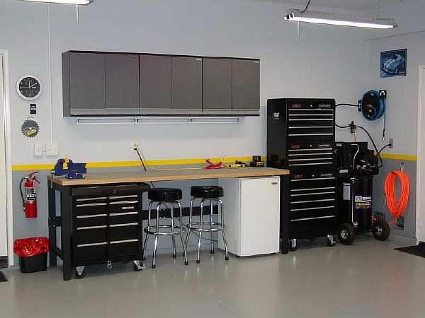 Модель с навесными шкафами