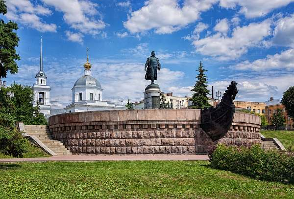 Памятник на улице