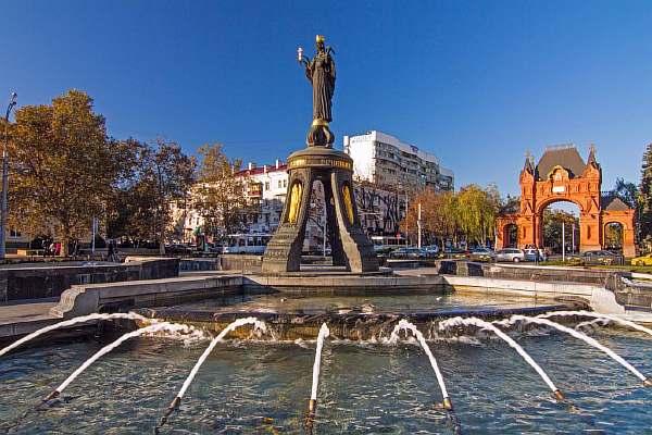 У фонтана
