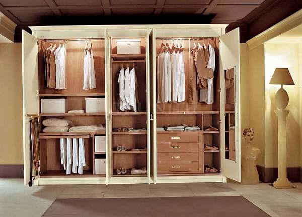 Шкаф с дверьми