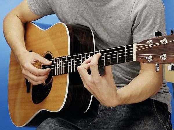 Музыкант и гитара